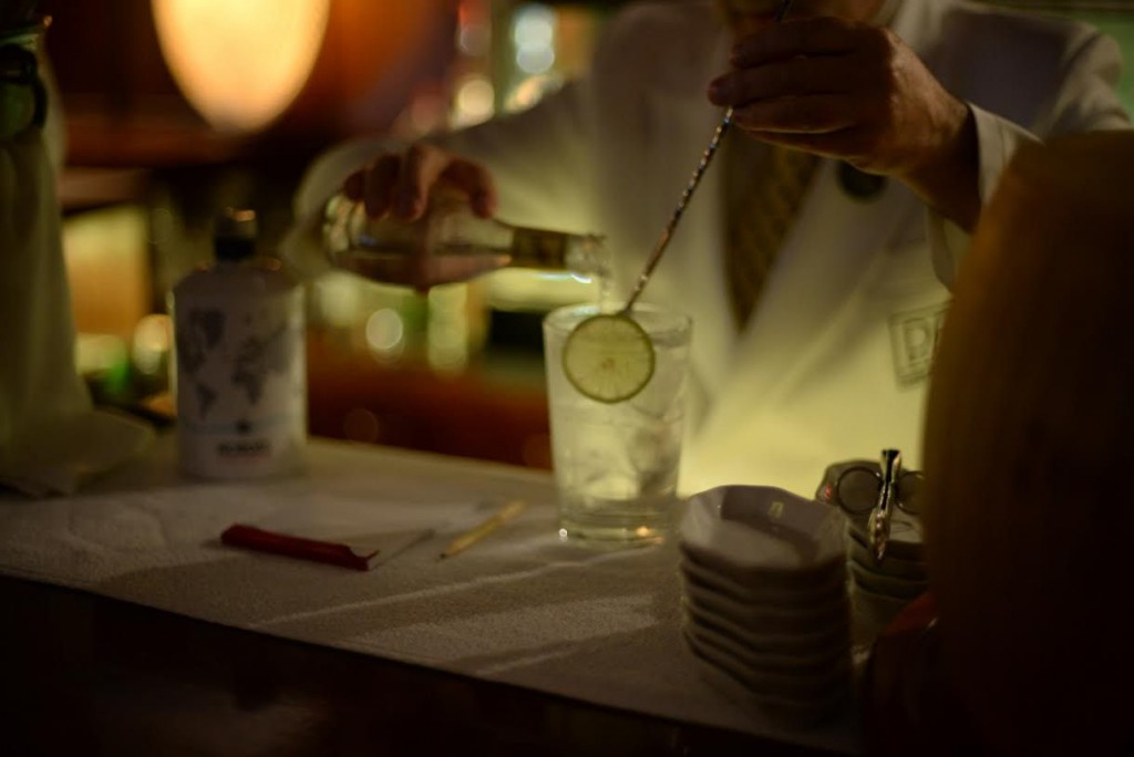 Bartender-pours-Gin-And-Tonic